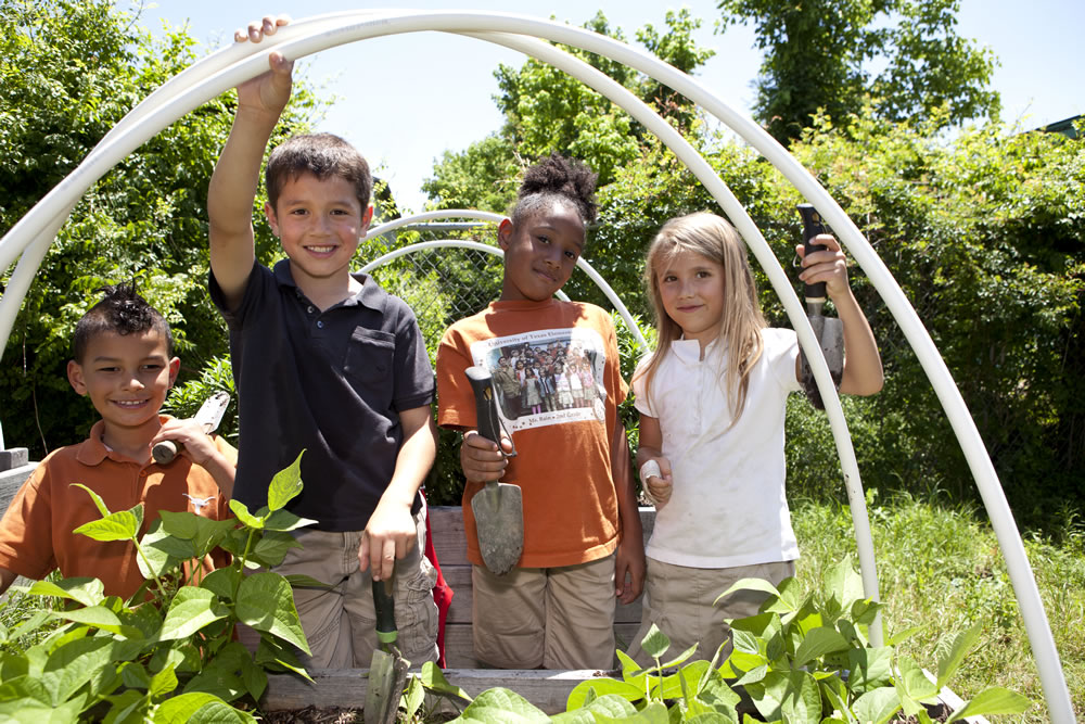 UT Elementary students in the garden